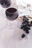 Rode wijn en snacks op witte lijst Stock Afbeeldingen