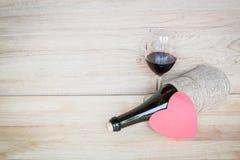 Rode wijn en wijnglas op houten achtergrond Stock Foto