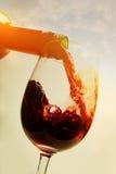 Rode wijn en zonsondergang Royalty-vrije Stock Afbeeldingen