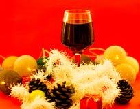 Rode wijn in glazen op openluchteettafel stock fotografie