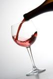Rode wijn het gieten stock foto's