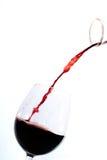 Rode wijn het gieten in een glas Stock Fotografie