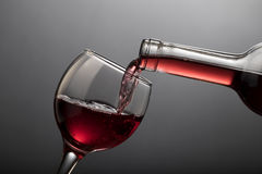 Rode wijn het gieten in glas Stock Foto's