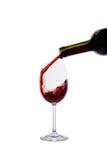 Rode wijn het gieten in wijnglas Stock Foto's