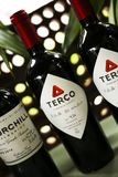 Rode wijn klaar om bij een huwelijk te dienen royalty-vrije stock afbeelding