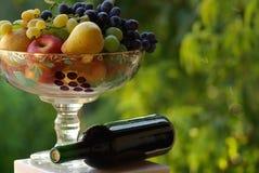 Rode wijn met fruitmand Royalty-vrije Stock Afbeelding