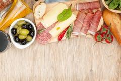 Rode wijn met kaas, olijven, tomaten, prosciutto, brood en SP Royalty-vrije Stock Afbeelding