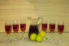 Rode wijn op glazen en de partnerachtergrond van het flessen natuurlijke gras Royalty-vrije Stock Fotografie