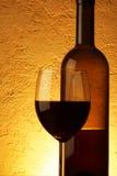Rode wijn over geweven achtergrond Royalty-vrije Stock Afbeeldingen