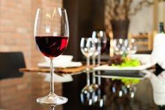 Rode wijn in Restaurant royalty-vrije stock afbeelding