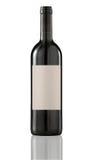 Rode wijnfles die met leeg etiket wordt geïsoleerd. Royalty-vrije Stock Fotografie
