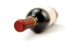 Rode wijnfles die op witte achtergrond wordt geïsoleerdk Stock Foto's