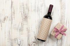 Rode wijnfles en giftdoos Stock Foto