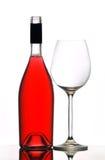 Rode wijnfles en glas stock afbeeldingen