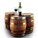 Rode wijnfles en glas op een houten vat stock afbeelding
