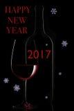 Rode wijnfles en wijnglas op zwarte achtergrond Royalty-vrije Stock Foto's