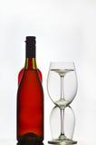 Rode wijnflessen en glazen Royalty-vrije Stock Foto's
