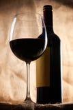 Rode wijnglas en fles Stock Afbeeldingen