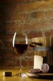 Rode wijnglas in landelijke keuken Stock Foto's