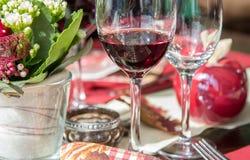 Rode wijnglas op de eettafel royalty-vrije stock foto