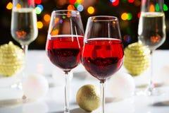 Rode wijnglazen en Kerstmisballen Stock Afbeeldingen