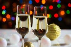 Rode wijnglazen en Kerstmisballen Stock Foto