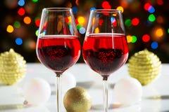 Rode wijnglazen en Kerstmisballen Stock Fotografie