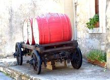 Rode wijnvatten, oude wagen, wijnwinkel, steenhuis Royalty-vrije Stock Foto's