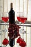 Rode wijnwijn en druiven Stock Afbeeldingen