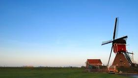 Rode windmolen op eind van dag Royalty-vrije Stock Foto's