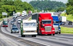 Rode, Witte, en Blauwe Vrachtwagens op Tusen staten Stock Foto's