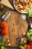 Rode, witte en groene tortellini met groenten en kaas Stock Foto