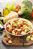 Rode, witte en groene tortellini met groenten en kaas Royalty-vrije Stock Foto's
