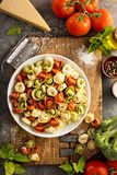 Rode, witte en groene tortellini met groenten en kaas Stock Foto's