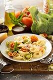 Rode, witte en groene tortellini met groenten en kaas Stock Afbeeldingen