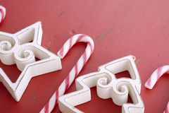 Rode witte Kerstmisachtergrond met verfraaide grenzen Royalty-vrije Stock Foto's