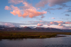 Rode wolken bij zonsopgang over de rivier stock afbeeldingen