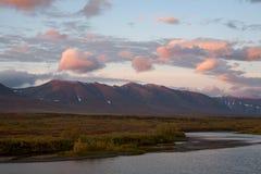 Rode wolken bij zonsopgang over de rivier stock afbeelding