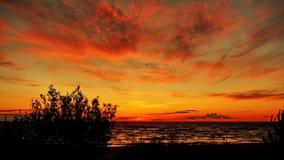 Rode wolken na zonsondergang Stock Afbeeldingen