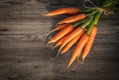 Rode wortel op houten lijst als achtergrond Stock Foto's