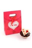 Rode zak voor giften met muffin stock foto