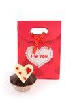 Rode zak voor giften met muffin stock afbeeldingen