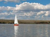 Rode Zeilboot Royalty-vrije Stock Afbeelding