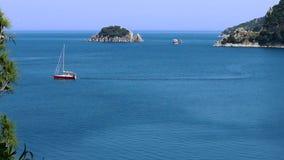 Rode zeilboot in Marmaris-baai stock video