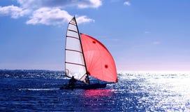 Rode zeilrubberboot royalty-vrije stock afbeeldingen