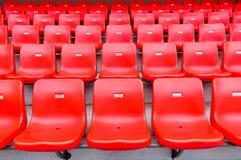 Rode zetels bij het stadion Stock Fotografie