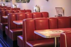 Rode zetels in een Amerikaans restaurant royalty-vrije stock afbeeldingen