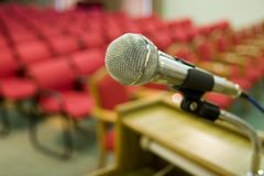 Rode zetels en microfoon Stock Afbeeldingen