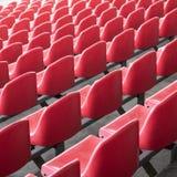 Rode zetels in het stadion Lege zetel van voetbalstadion stock fotografie