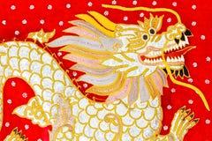 Rode zijde geborduurde draakkunst, Myanmar Royalty-vrije Stock Foto's